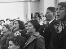 Palästina als britisches Mandat 1922–48: Jüdische Einwanderung. Singen der HaTikwah (= die Hoffnung; später Nationalhymne Israels) auf einer Versammlung jüdischer Einwanderer. Foto, um 1935.